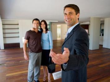 40122-hombre-mostrando-casa-a-personas